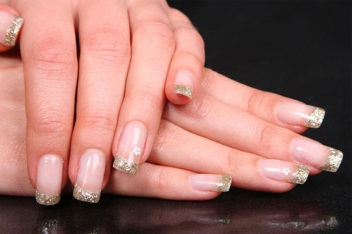 idée deco ongle en gel de style manucure française avec base transparente et bouts en glitter doré, modèle nail art facile