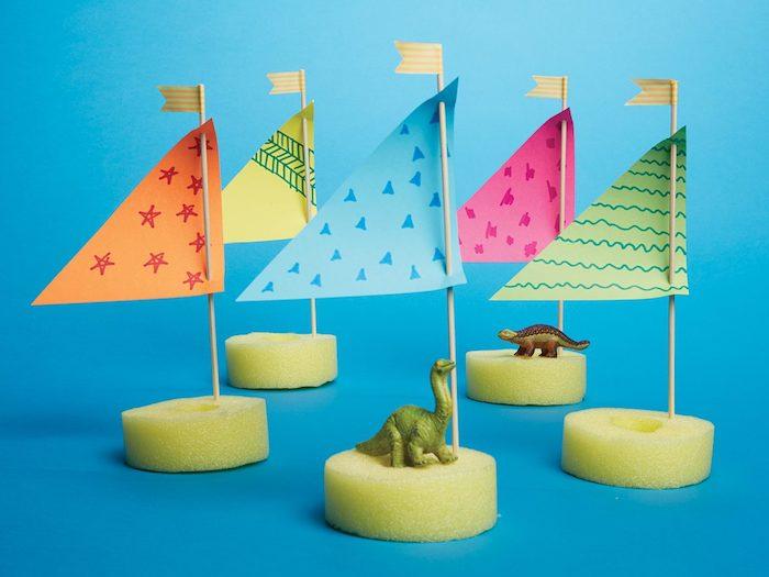 voilier en éponge voile de papier à différents motifs dessinés, animaux en plastique, bricolage enfant été