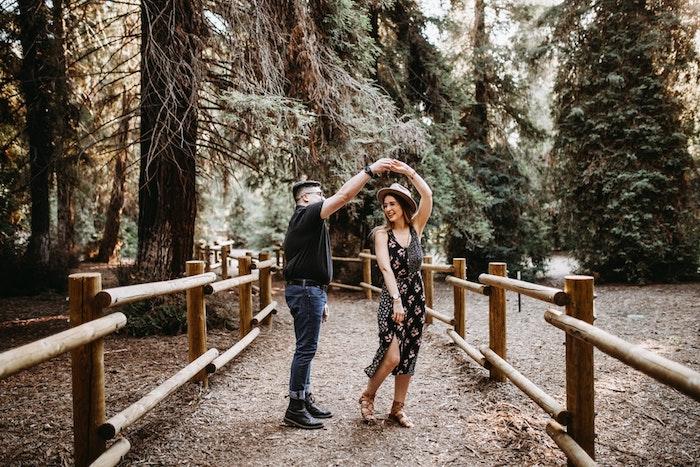 Robe fluide mi longue fendue robe hippie chic noire à fleurs se sentir bien dans ses vetements dancer avec son copain dans le parc
