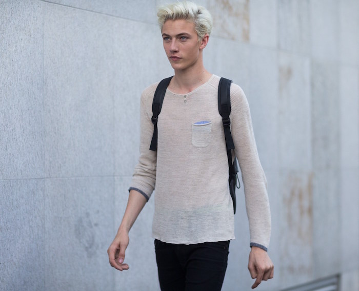 exemple de teinture platine et meche blonde homme jeune à la mode