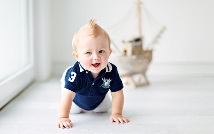 coupe de cheveux bébé garçon avec des cheveux fins blondes avec crête au milieu, style faux hawk