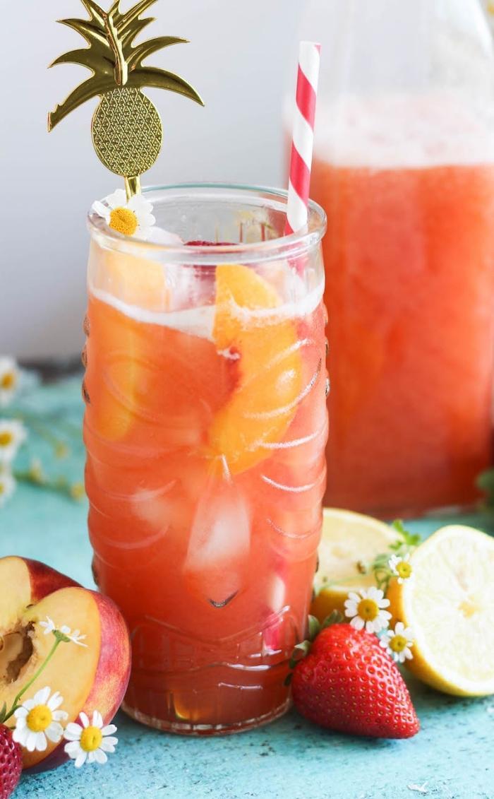citronnade recette aux pêches et eau froide, idée pour préparer une limonade orange aux pêches et glaçons