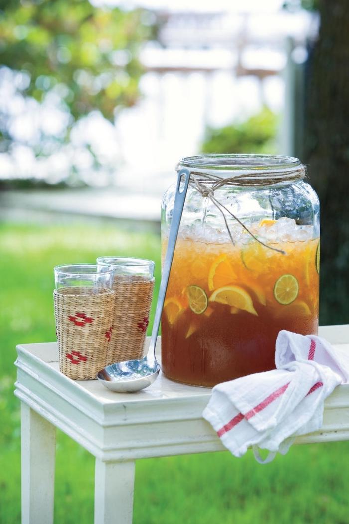 grand pot rempli de citronnade maison aux agrumes et glaçons, idée boisson rafraîchissante pour un pique-nique