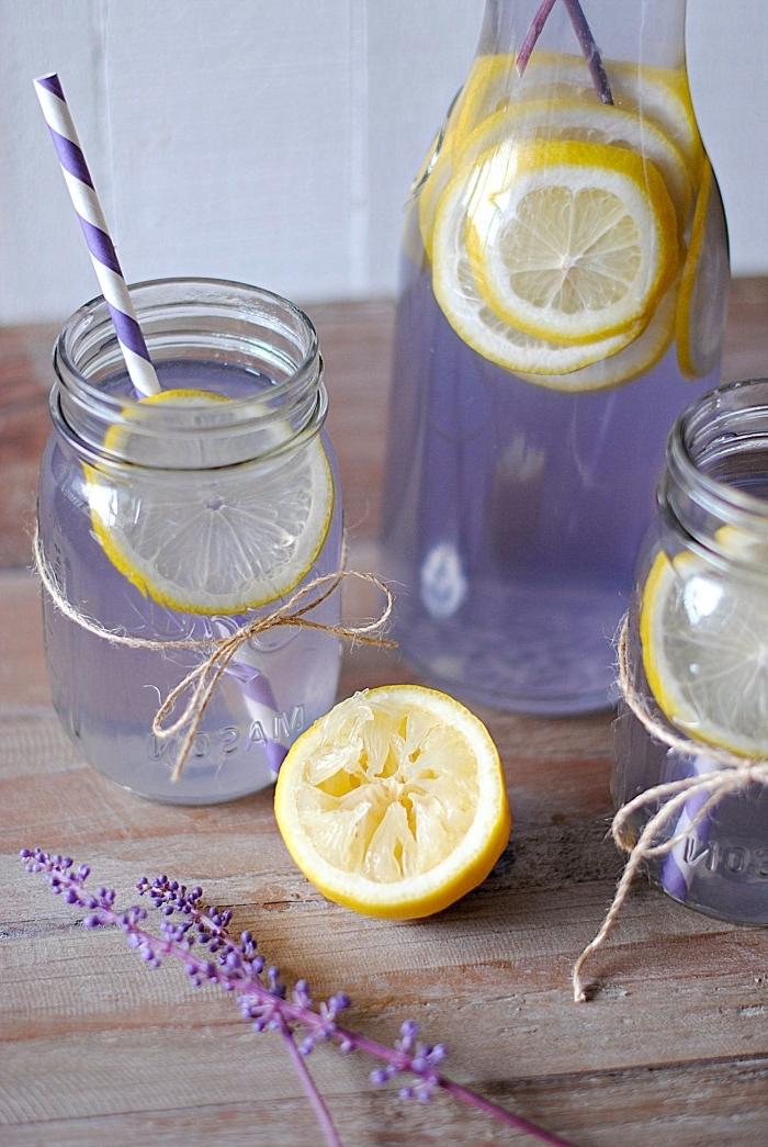 idée recette de citronnade au jus de citron et fleurs séchées de lavande servie dans pot à cocktail en verre