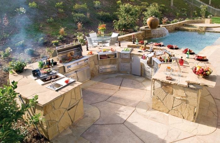 idée comment faire une cuisine au bord de la piscine avec ilot en pierre, choix d'équipement cuisine résistant et durable