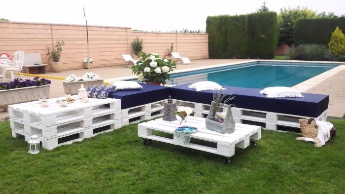 idée comment organiser l'espace extérieur autour de la piscine avec meubles de jardin en palettes de bois peints en blanc