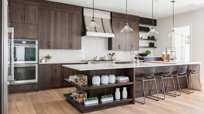 idée rangement meubles de cuisine avec ilot central bois foncé et blanc, déco de cuisine en bois brut et blanc