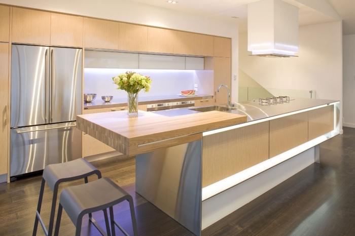 astuce rangement cuisine moderne avec meubles de bois clair et éclairage sous meuble néon, modèle de parquet bois foncé