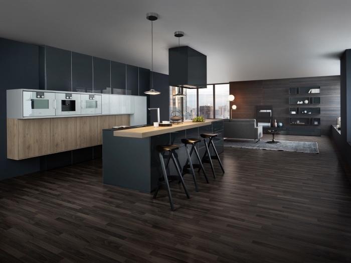 déco moderne dans une cuisine foncée aux murs gris anthracite avec meubles bas en bois clair et parquet de bois foncé