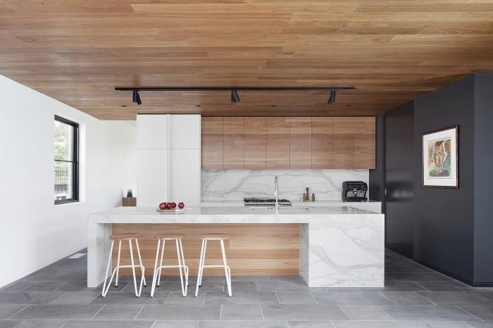 design intérieur moderne dans une cuisine ouverte avec ilot central marbre blanc et pan de mur en gris anthracite