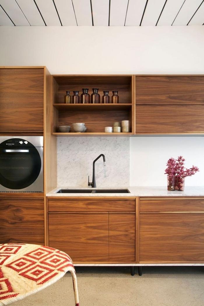 déco de cuisine blanche avec plafond blanc et sol beige aux meubles bois foncé et crédence design blanc et gris