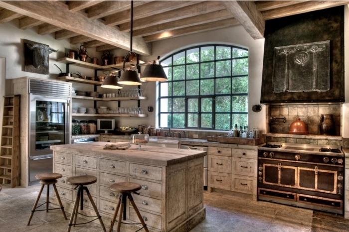 exemple de cuisine campagne rustique avec plafond en poutres bois massif et meubles de bois brut anciens