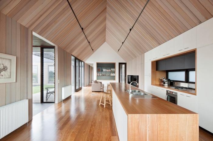 cuisine blanche et bois au plafond en planches bois différentes couleurs neutres, modèle meubles haut cuisine encastrés
