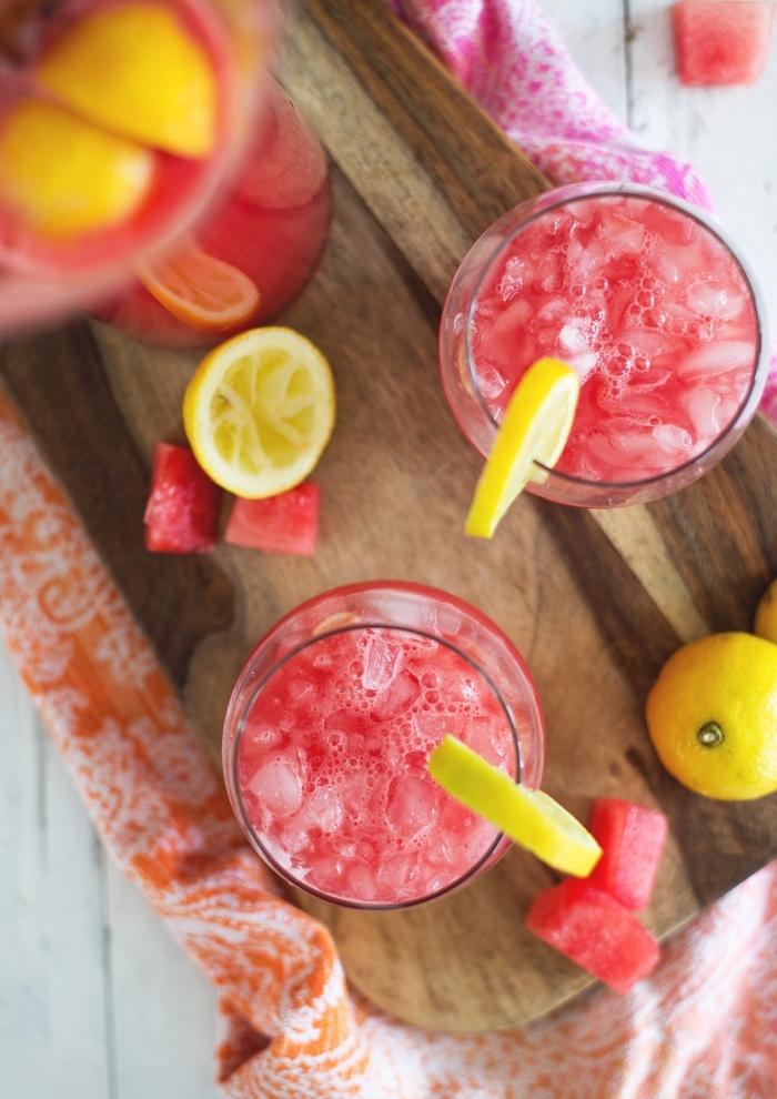 recette citronnade à la pastèque avec jus de citron et glaçons, idée cocktail sans alcool préparé avec eau froide et fruits