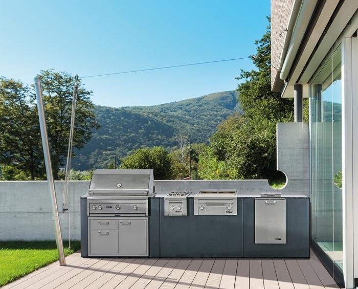 exemple de cuisine aménagée avec équipement résistant en inox, modèle de barbecue et planche à gaz en inox