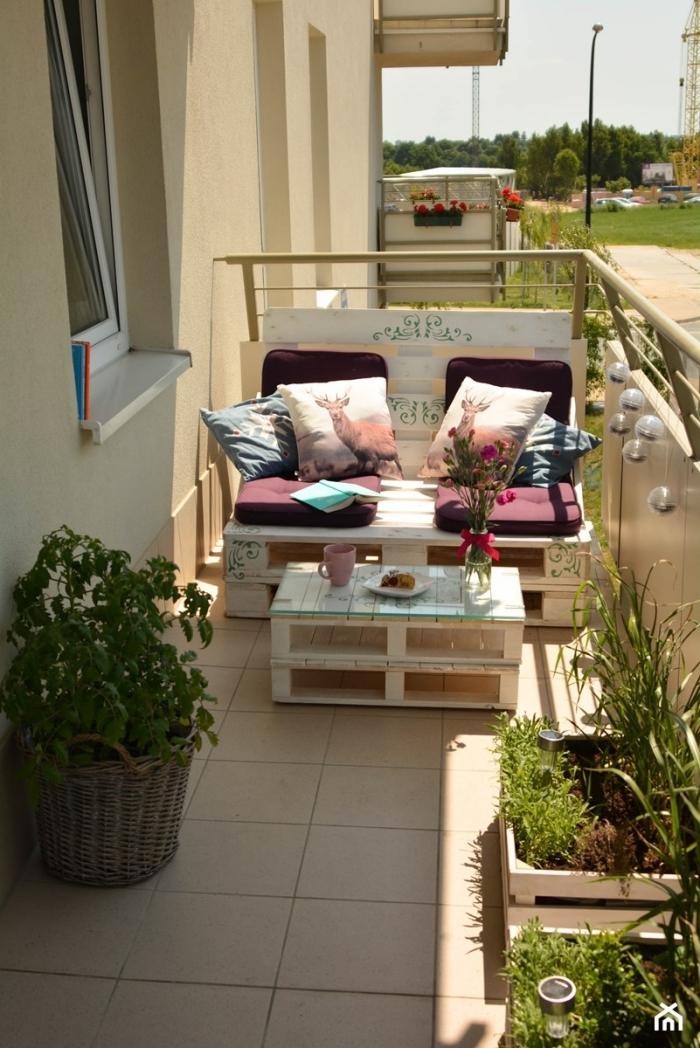 idée quoi faire avec palettes bois, déco de balcon au carrelage beige avec petite canapé et mini table basse en palettes