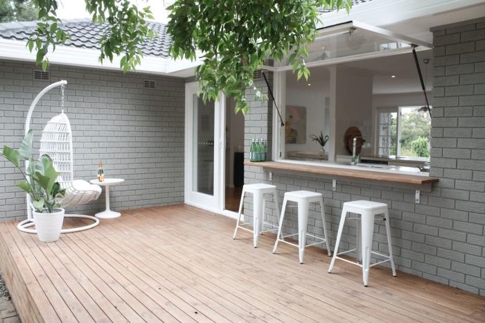 modèle de chaises oeuf suspendue avec housse blanche et petite table blanche, ambiance minimaliste de terrasse