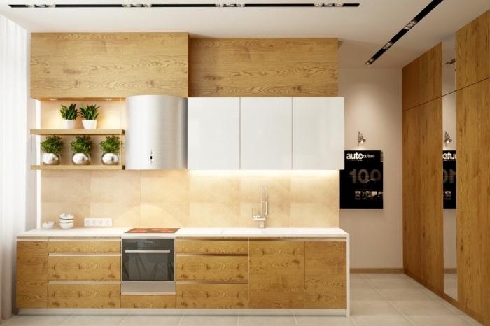 cuisine équipée aux murs beige et plafond blanc avec meubles haut et bas en bois clair, exemple rangement cuisine avec étagères en bois clair