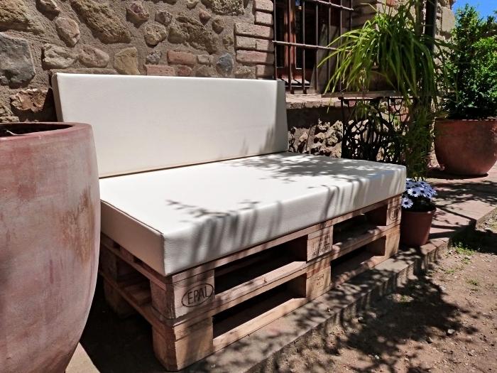 idée comment décorer une cour de jardin avec mobilier banquette en palette et grands pot à fleurs aux plantes exotiques