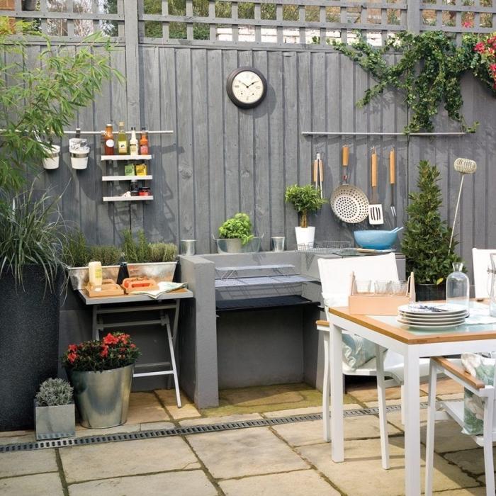 idée comment arranger ustensile de cuisine sur les murs, organisation espace limité dans le jardin avec coin culinaire