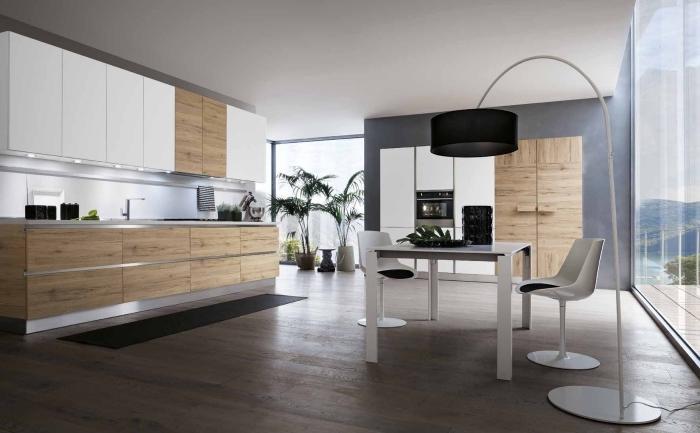 aménagement cuisine moderne au plafond blanc et parquet bois foncé avec meubles haut blanc et meubles bas bois