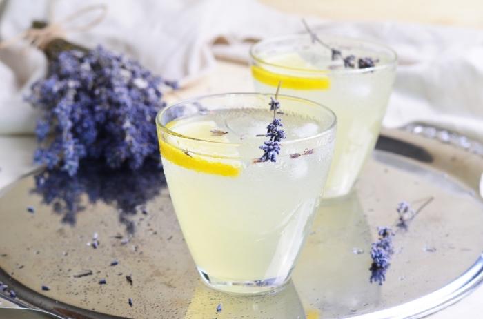 préparer une boisson fraiche au jus de citron et eau froide, comment garnir une limonade avec feuilles de lavande et tranches de citron