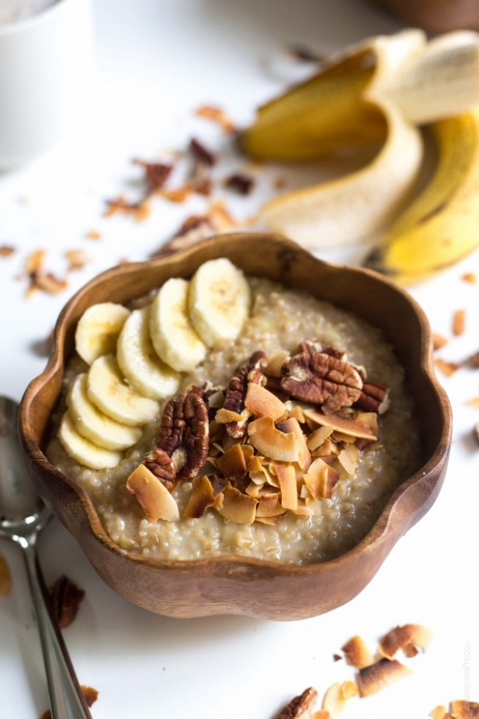 recette de porridge du lendemain au quinoa, banane, noix et noix de coco râpée grillée, idée repas équilibré pour commencer la journée de bon pied