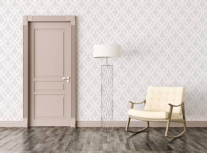 une porte d'intérieur peinte en couleur beige nude qui s'harmonise avec les motifs discrets du papier peint