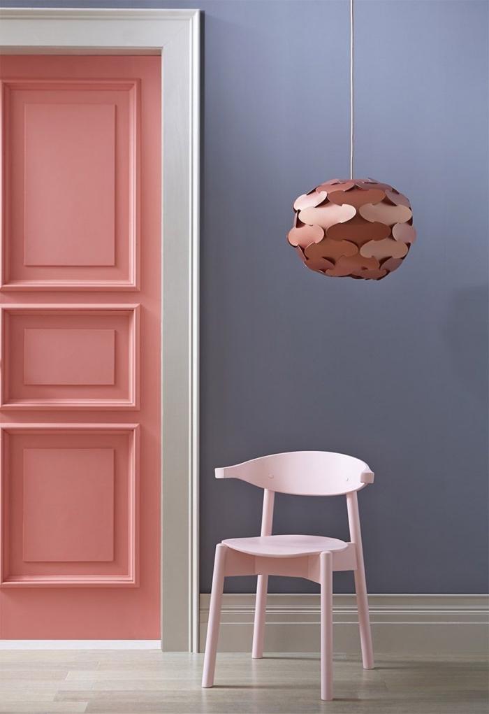 quelles couleurs tendance dans nos intérieurs, une porte interieure moulurée peinte en rose pêche avec encadrement contrastant