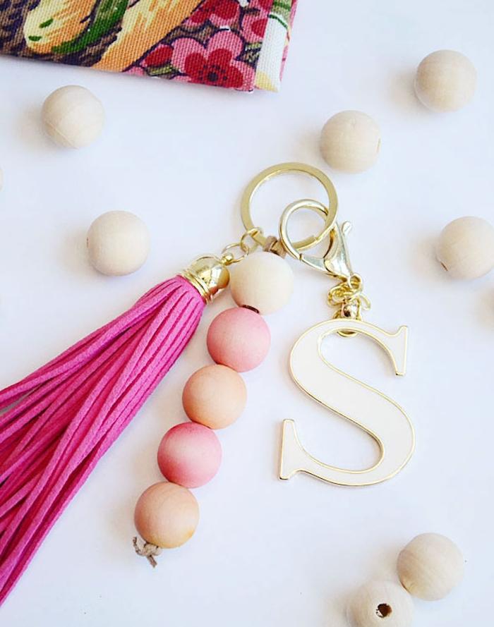 porte-clé diy en perles de bois, lettres s décorative, pompon à franges rose sur une chaine dorée, cadeau maitresse personnalisé