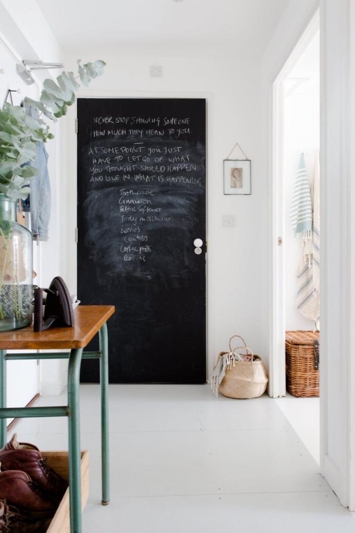 hall d'entrée au décor scandinave vintage où la porte se fait accentuer par la peinture ardoise