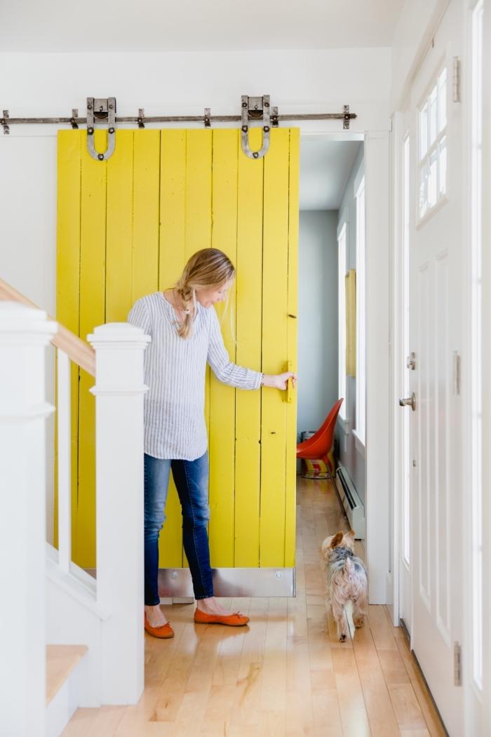 une porte de grange qui prend de la couleur et se modernise, quelle couleur de peinture bois interieur pour relooker une porte,