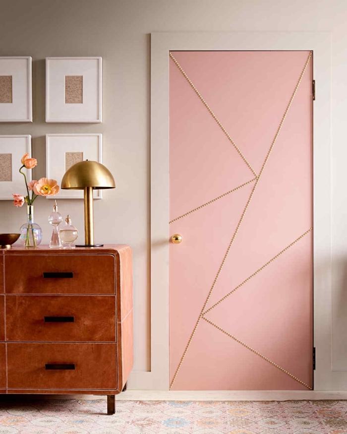 déco élégante et douce en rose aux accents dorés, une porte interieure cloutée au look à la fois vintage et moderne, peinte en rose