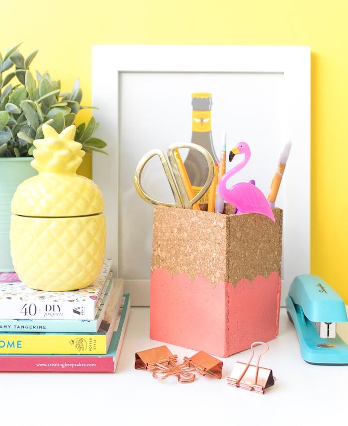 comment fabriquer un pot à crayon diy en liège décoré de peinture, avec des fournitures de bureau à l intérieur