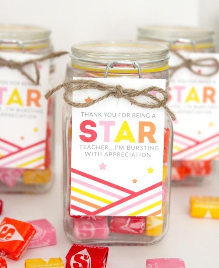 pot en verre rempli de chewing gum décoré d une étiquette cadeau, cadeau maitresse et atsems