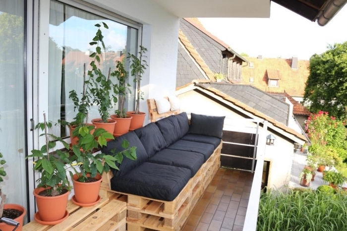 faire un mini potager de balcon, idée comment décorer un balcon avec meubles en palettes et pots de fleurs en terre cuite