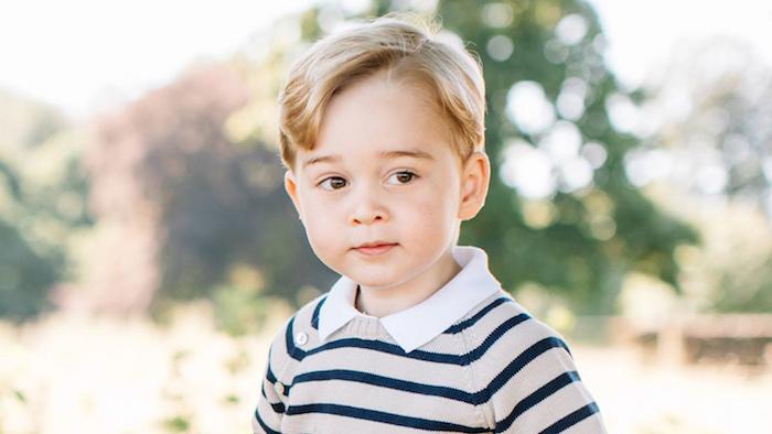 le petit prince george avec une coupe de cheveux garcon traditionnelle avec une mèche légèrement ondulée de devant