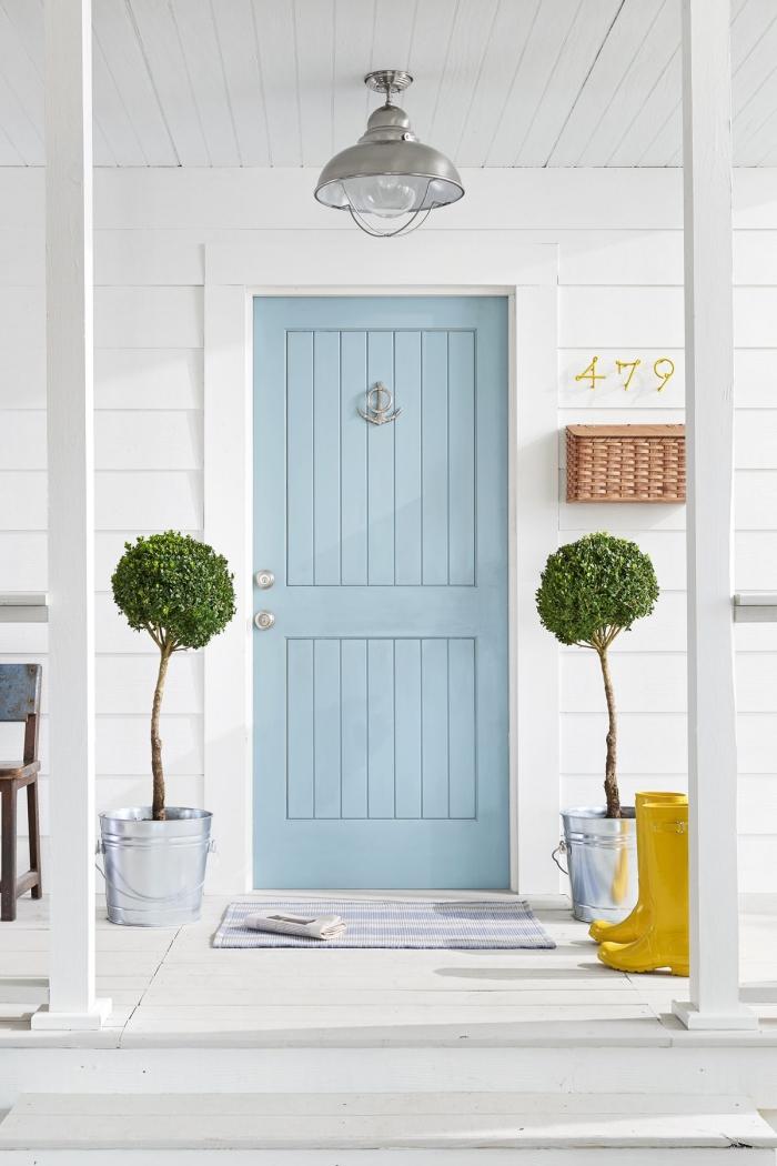 quelle peinture porte interieur choisir, porte en bois bleu pastel qui s'assortit avec la façade blanche pour une ambiance bord de mer