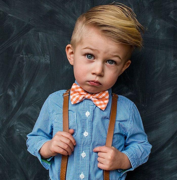 idée de coiffure pour petit garçon sage avec une raie sur le coté et longueur sur le dessus, chemise bleue, noeud de papillon et bretelles