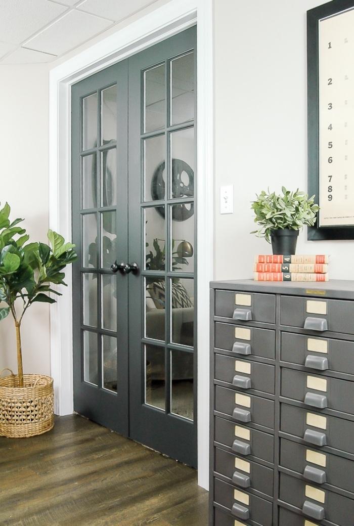 salon blanc et gris aux accents noirs où la porte d'intérieur s'harmonise avec la déco et constitue un élément chic, quelle peinture bois interieur pour une porte d'intérieur vitrée