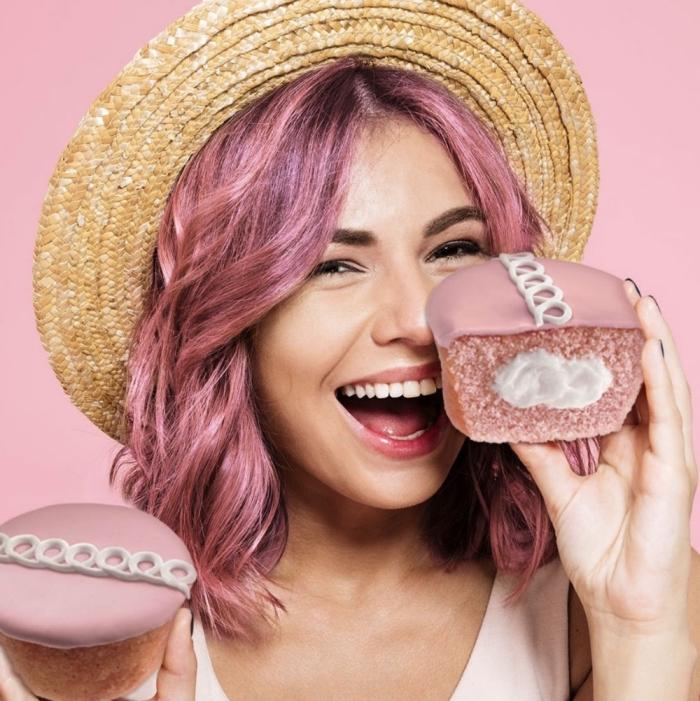 exemple de teinture cheveux rose sur base châtain foncé, coiffure de cheveux mi-longs avec boucles et capeline