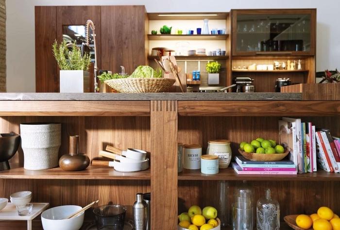meuble cuisine bois aux murs blancs avec étagères et armoires de bois foncé et vitrage, rangement cuisine pour ingrédients et objets