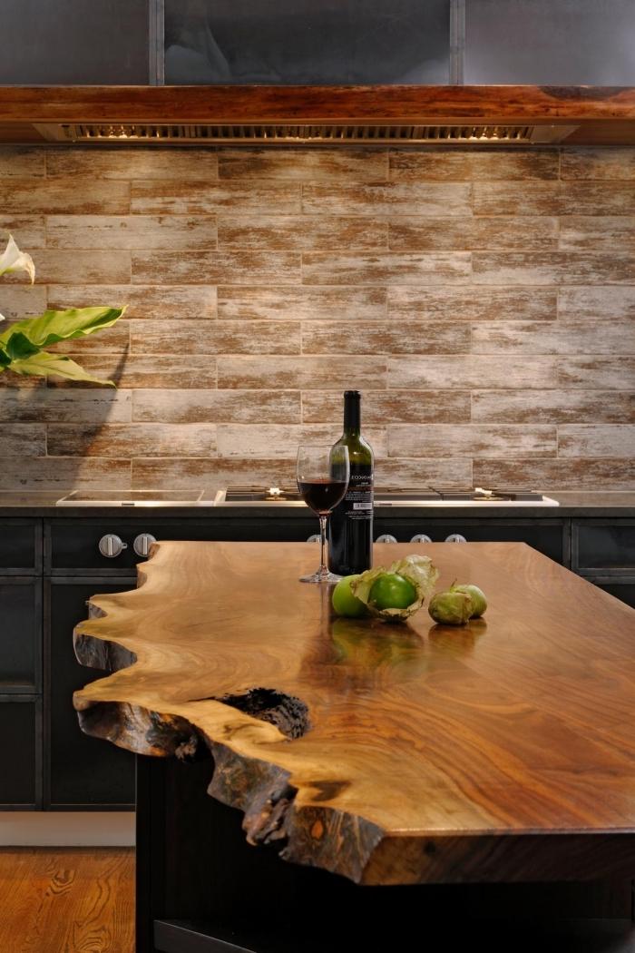 cuisine tendance avec revêtement crédence au carrelage design bois et ilot central en bois massif brut et noir