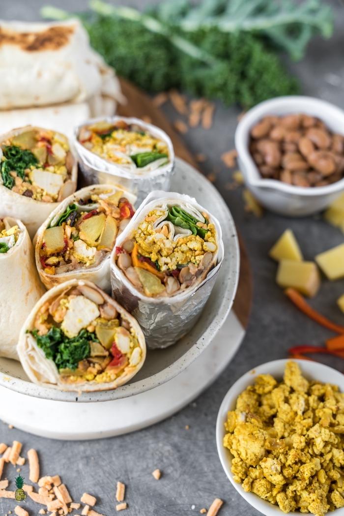 petit déjeuner équilibré et rassasiant de wraps végétaliens de tofu brouillé