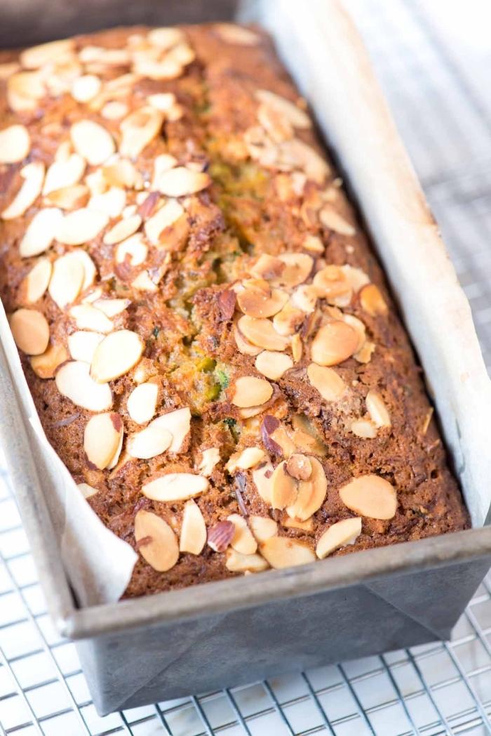 recette healthy de pain de courgette facile saupoudré d'amandes effilées, recettes originales de la pâtisserie vegan
