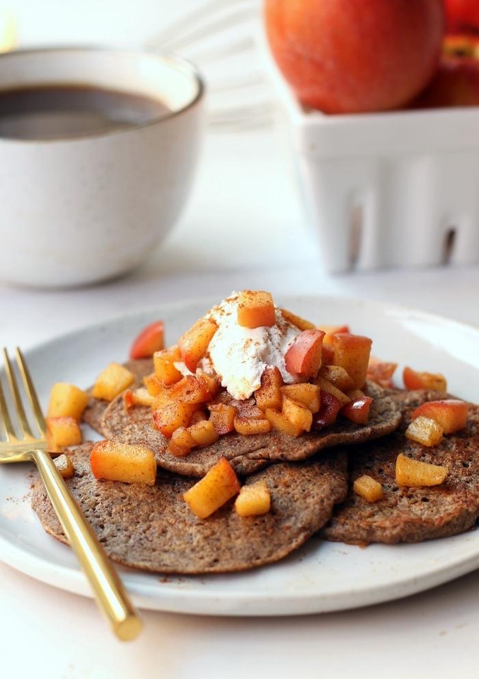 idée repas équilibré pour les longues matinées du week-end, recette de pancakes vegan de sarrasin, à la pomme et cannelle