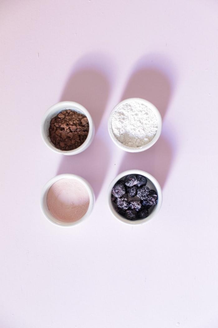 idée pour un masque visage maison bouton et point noir, aux myrtilles, argile, cacao et lotion à la calamine pour prendre soin de la peau acnéique