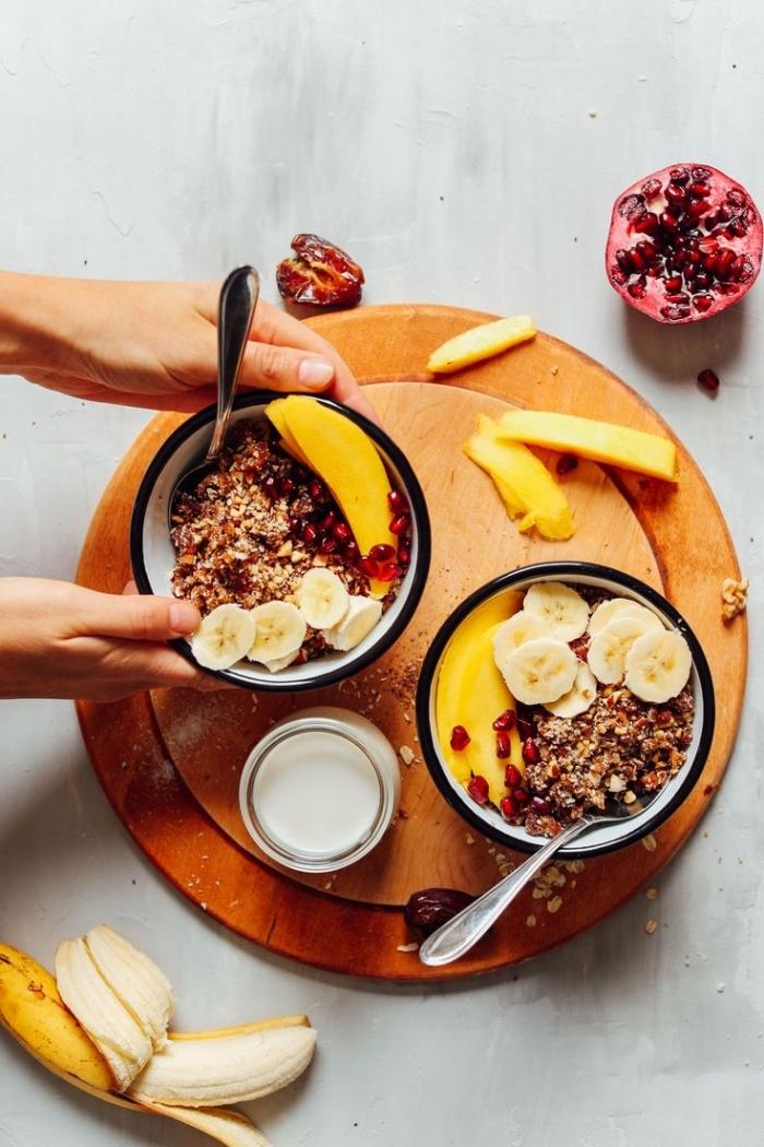 un bol de petit déjeuner sain au granola vegan fait-maison, bananes et grenade