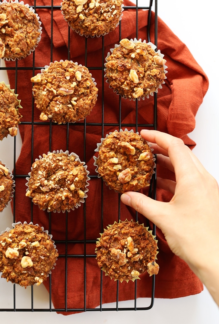 comment préparer des muffins végétaliens aux carottes et à la pomme, idée pour un petit déjeuner vegan et gourmand