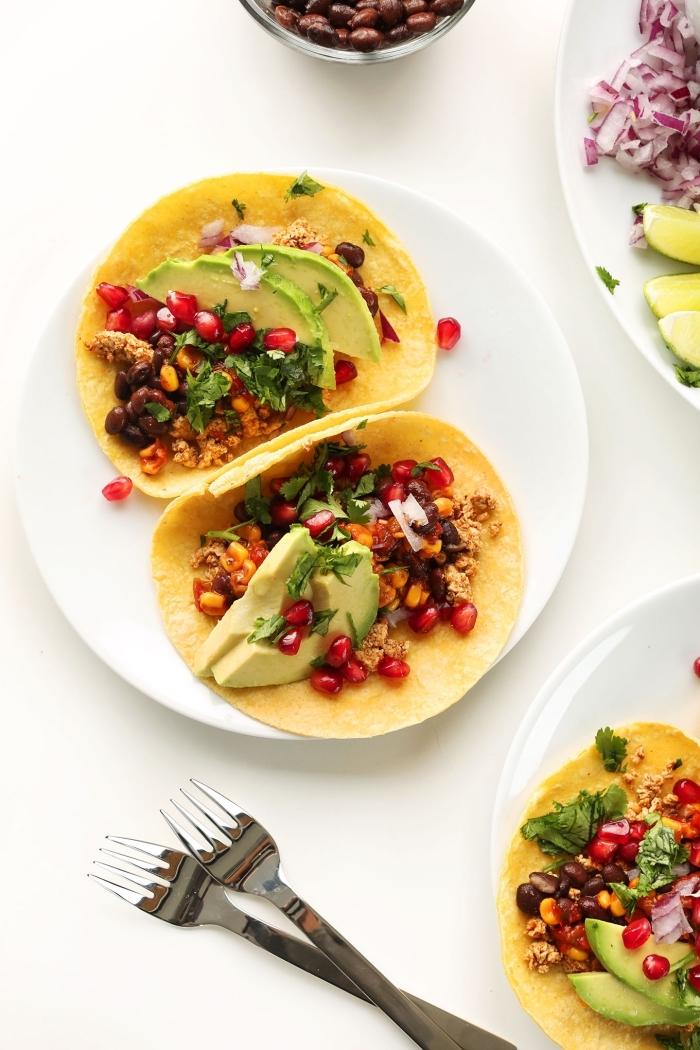 petit-déjeuner vegan, recette healthy et vegan de tacos mexicains à l'avocatn haricots noirs et herbes fraîches, parfaits pour un petit-déjeuner à emporter au bureau